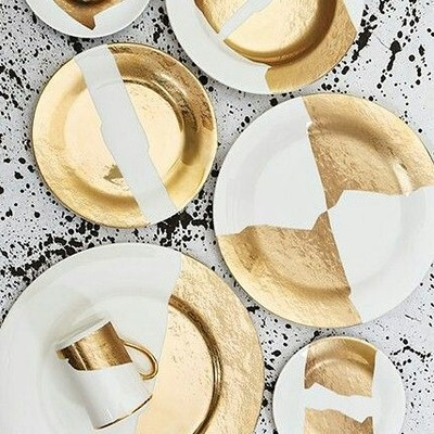 Dear King Midas, RED ALERT! ❤️ @kellywearstler for #pickardchina ❤️ #commanderinchic #DishWithMeDahling #DishesForDays #designhounds #dining #dine #dishes #placesetting #table #tabletop #style #gold #bespoke #luxury #interiors #interiordesigner #designer #love #modern #tablescape #decor